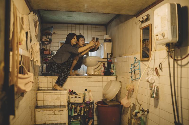 Kenttää ja ilmaista wifiä etsimässä. Oscar-suosikki Parasiten sisaruksina So-dam Park ja Woo-sik Choi.