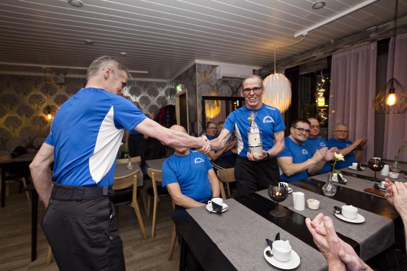 Puheenjohtaja Matti Gronoff luovutti 70-vuotta täyttäneelle Juho Poukkulalle syntymäpäivälahjan klubin puolesta.