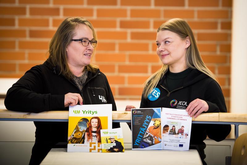 Sanna Ojalehto (vas.) ja Niina Sarja kannustavat kaikkia vähänkään yritystoiminnasta kiinnostuneita 15 -19-vuotiaita työllistämään itsensä kesäyrittäjäsetelin avulla.