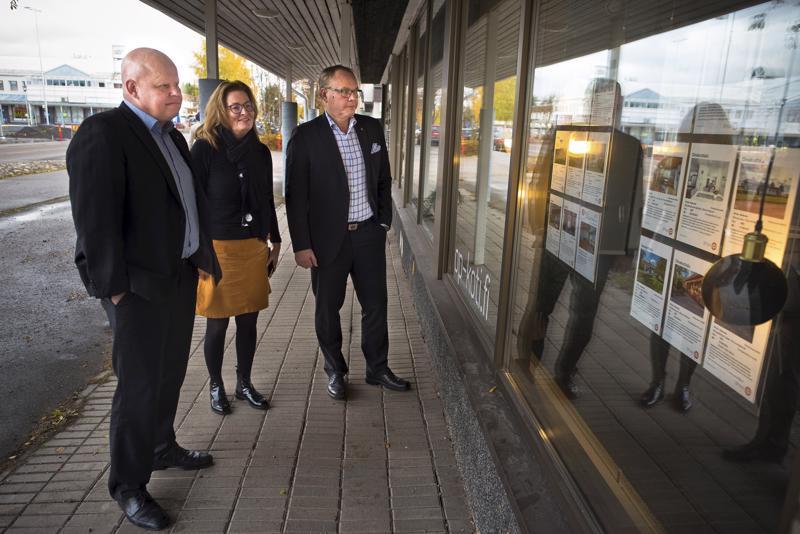 Rahoitusjohtaja Jussi Kuittisella (vas.), OP Kodin kiinteistönvälittäjä Marita Ylen-Julinilla ja toimitusjohtaja Markku J. Niskalalla on syytä tyytyväisyyteen Nivalan Osuuspankin viime vuoden osalta.