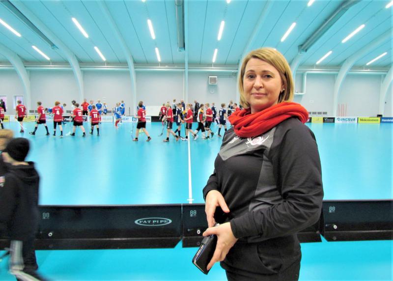 Jeppis FBC on puheenjohtajansa Carolina Isomaan johdolla kasvattanut jäsenmääränsä lähes 300:aan. Taustalla JFBC:n C-pojat voittoisan ottelun jälkeen.