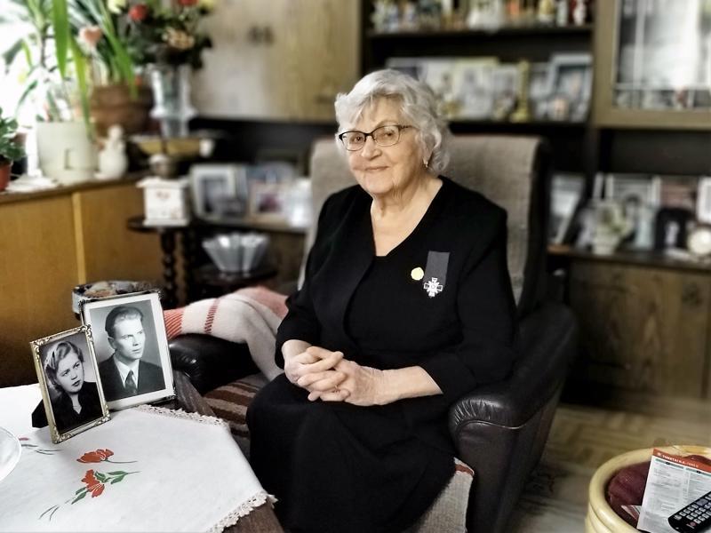 Sirkka Vanhanen elää tässä päivässä ja muistelee mielellään myös menneitä.  - Minä 24 ja Paavo 26  vuotta, esittelee hän valokuvia pöydällä.