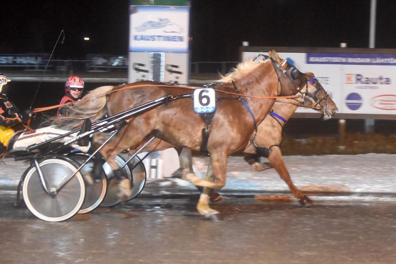 I.P. Vapari laukkasi kakkossijan Harri Kotilaisen harmiksi. Santtu Raitala totesi tilanteen voittaja Valtroksin rattailta.