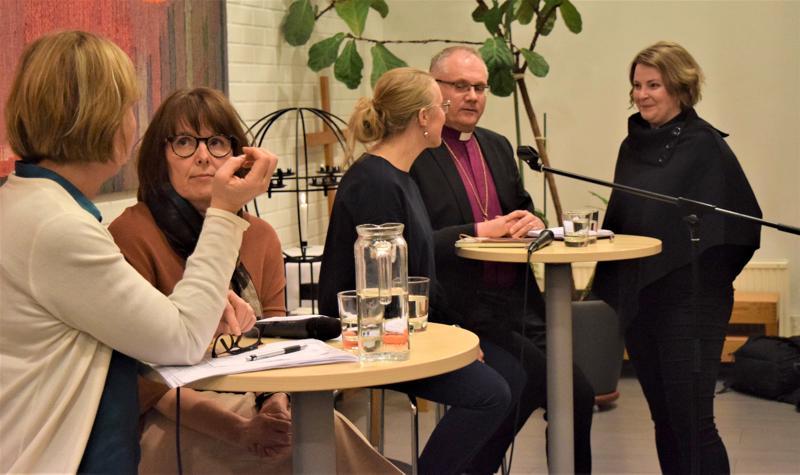 Anna-Maja 29Henriksson, 29Ann-Mari Rudnäs, Caroline Ahlvik-Harju, Bo-Göran Åstrand ja Mia 29Andersen-Löv 29keskustelivat 29ihmisarvosta ja pakolaisuudesta maanantaina.