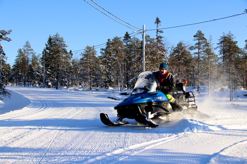 Aakonvuoren maastoon on ajettu hiihtosuunnistuksen SM-kisoja varten kymmenien kilometrien uraverkosto. Kelkkailemassa Matti Tuomisto.