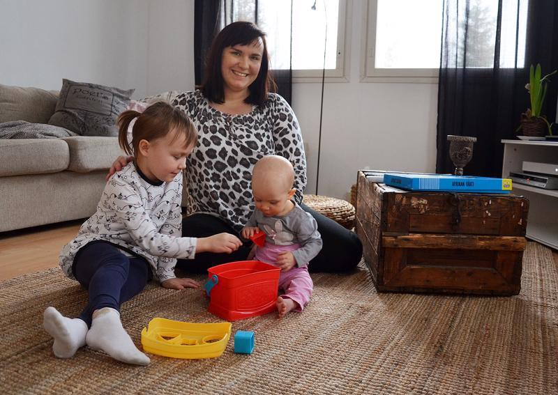 Miss Plus Size -semifinaaliin saakka päässyt Johanna Paavola on hoitovapaalla sairaanhoitajan työstä oleva kotiäiti Oulaisista. Hän on kotona pian kuusi vuotta täyttävän Ellenin ja vajaan 10 kuukauden ikäisen Fannin kanssa.