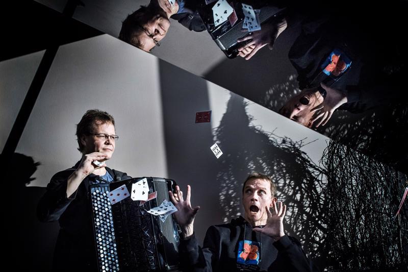 Harmonikkataituri Veli Kujalan ja pianotaiteilija Jarkko Riihimäen esityksessä on huumoria, mutta hetkittäin myös vaaran tuntua.