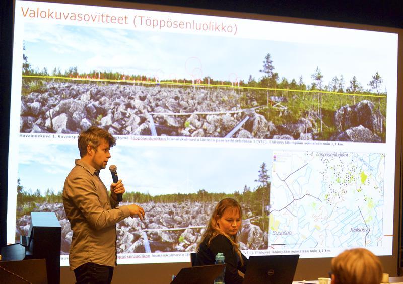 Janne Tolppanen ja Minna Takalo FCG:ltä esittelivät tuulivoimapuistohankkeen ympäristövaikutuksia joulukuun yleisötilaisuudessa.