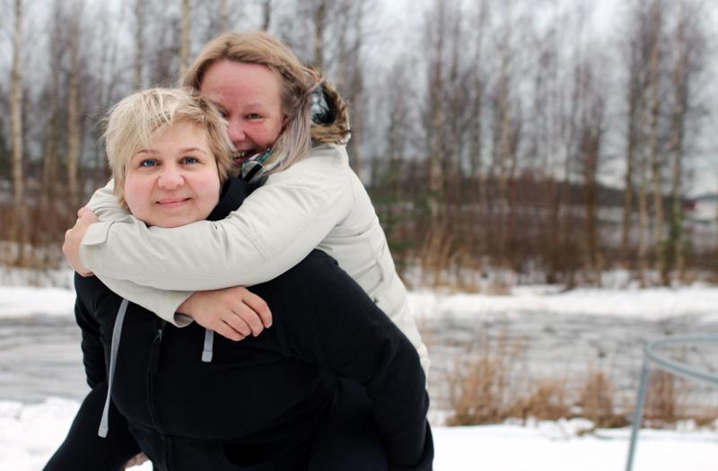 Ihmisten seurassa viihtyvä Saija Arokallio (takana) on pitkä, erakoksi tunnustautuva Henna Peltoniemi lyhyempi. Arokalliolla on pidemmät hiukset ja värikkäitä vaatteita, kun taas lyhythiuksinen Peltoniemi luottaa mustaan. Muita eroja ystävysten välillä ei sitten olekaan.