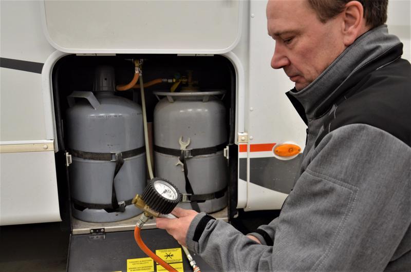 Kaasulaitteiden koeponnistus on tärkeä osa huoltoa. Pasi Isokoski tekee sen huolellisesti jo turvallisuussyistä.