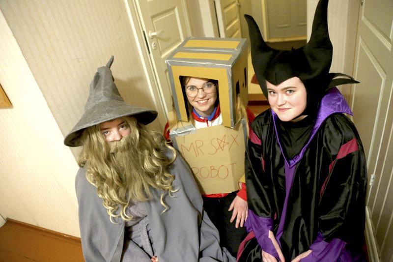 Musiikkilukion abiturientit pukeutuvat penkkariasuihinsa torstaina esitettyään penkkarinäytelmän muulle koululle Kinolla. Irina Pienimäki on Gandalf, Reetta Niku Duo-sarjan robotti ja Anna Lampela Disneyn Pahatar.