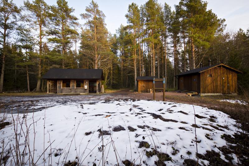 Kota sijaitsi kuvan etualan lumisen alueen kohdalla. Suunnitelmissa on pyöritelty myös mahdollisuutta muuttaa nykyinen info-katos grillikatokseksi (kuvassa vasemmalla).