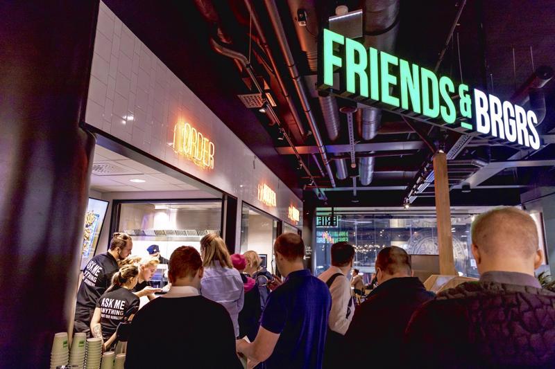 Pietarsaaressa perustettu Friends & Brgrs -ketju liittyy NoHo Partners -konserniin ja tavoittelee voimakasta laajentumista.