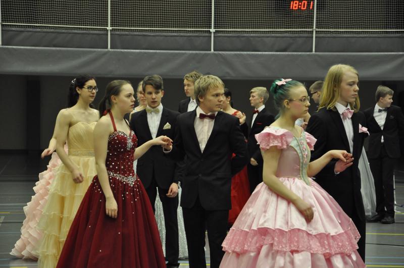 Kohta lähtee. Edestä Iiris Ala-Korpi ja Severi Ala-Korpi, Meiju Parkkila ja Roope Etelämäki, Silja Määttälä ja Janne Tuikka.