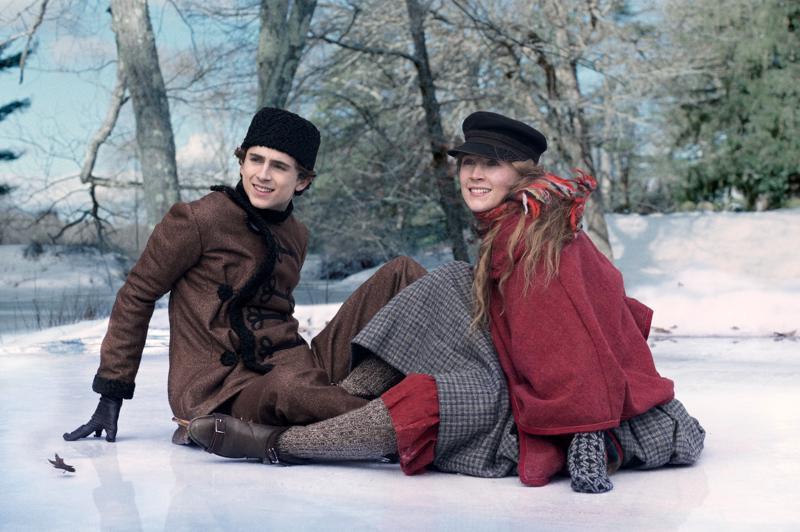 Pikku naisia ja vähän miehiäkin. Timothée Chalamet tyypillisesti polvillaan Saoirse Ronanin edessä.