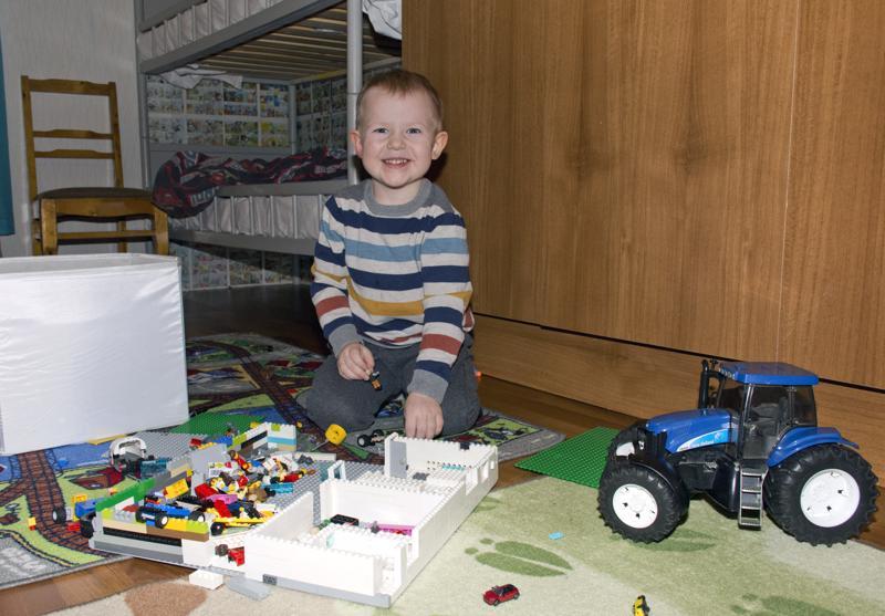 Legoilla rakentaminen on  yksi Sulon lempipuuhista.