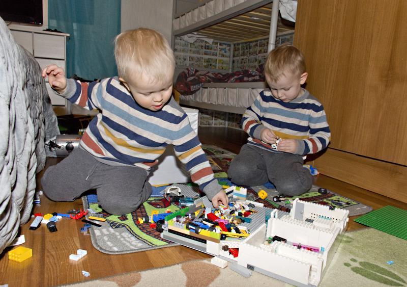 Etualalla touhuava Unto leikkii mielellään isoveljensä, tänään nimipäiväänsä viettävän Sulon kanssa legoilla.