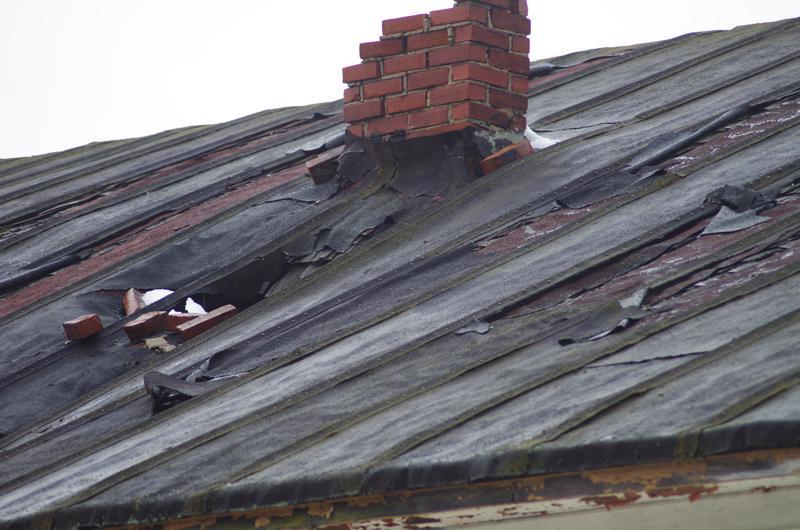 Vanhan elokuvateatterin katto on pettänyt monin paikoin ja päästänyt vedet sisään.