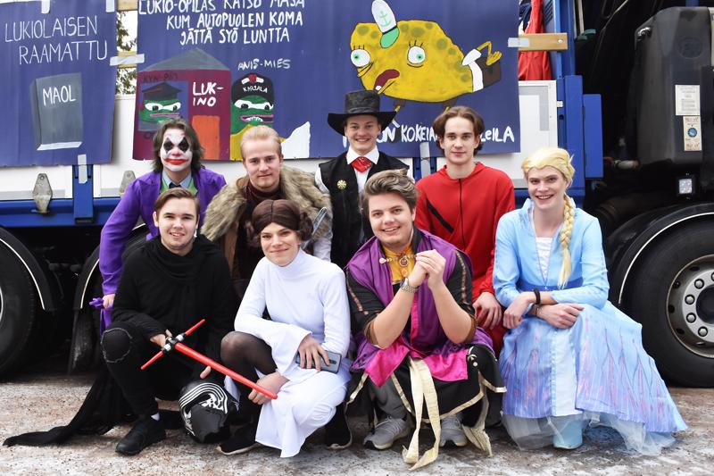 Haapaveden abien miesvahvuus oli ennen penkkariajelua iloisella, mutta pikkuisen haikeallakin mielellä. Ylärivissä Timi Vähäsarja (Yön ritari/Jokeri), Arttu Luukkonen (ritari), Vili Ollila (cowboy) ja Kasperi Kanula (Rahapaja). Alarivissä Riku Metsäharju (Strar Wars), Leonard Timlin (Frozenin Anna), Erik Lehtola (Star Wars) ja Albert Vanhala (Frozenin Elsa).