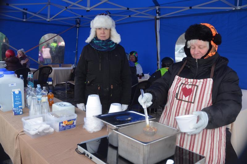 Ruokaa myyneillä Leila Kiiskilällä (oik.) ja Minna Arosella oli tällä kertaa tarjolla lihakeittoa. Onnelan Pitopalvelu huolehtii kilpailijoiden ruokailut päivittäin.