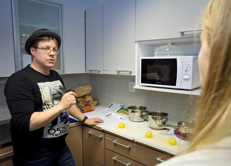 Harri Muuraiskangas Muuraiskankaan perunalta oli demonstroimassa eri perunalaatujen eroja keittokokeella. Yritys osallistuu Raumankarin perunaviikkoon muutenkin, ja kotitalousluokassa on esimerkiksi näytillä joukko erilaisia perunalajikkeita ja -jalosteita.