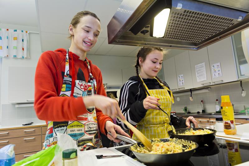 Miska Keski-Korpi kokkasi wokkia perunanuudeleista luokkatoverinsa Jenna Salojärven kanssa. Peruna on maistuva raaka-aine kummallekin, mutta perunanuudeli oli uusi tuttavuus.