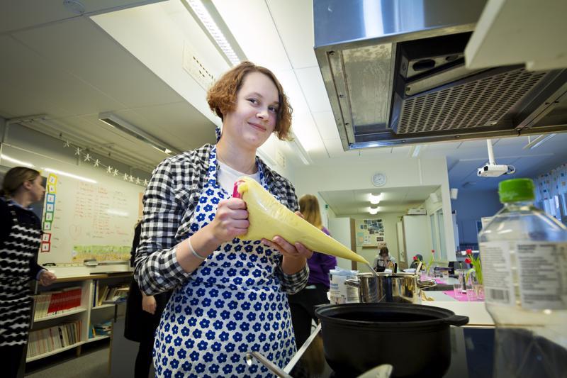 Kaisa Rahkola valmistamassa perunaspiraaleja. Uppopaistetut tippaleipää muistuttavat spiraalit pyöritellään kypsytyksen jälkeen sokerissa ja kanelissa.