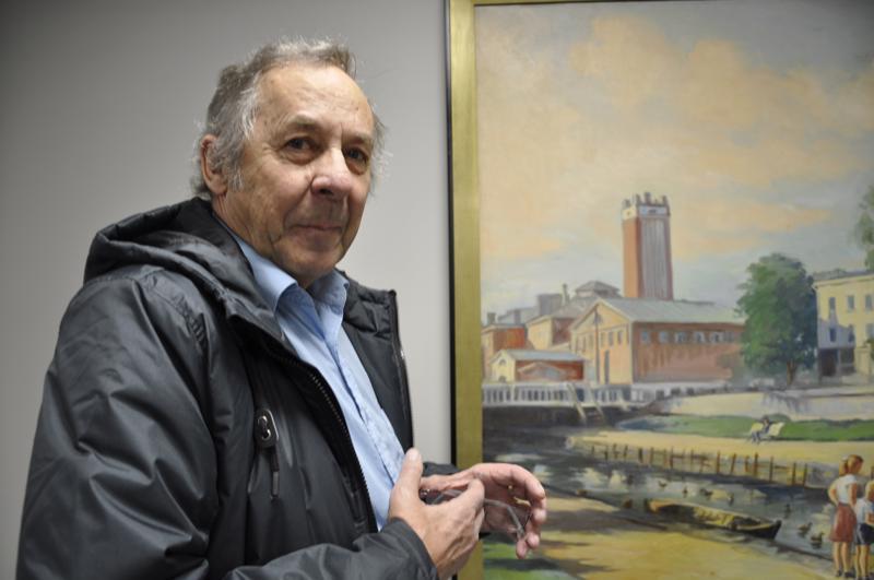 Markus Kinnari ihasteli taulua ja muisteli lapsuuttaan, jolloin veneillä pääsi Kokkolan keskustaan.