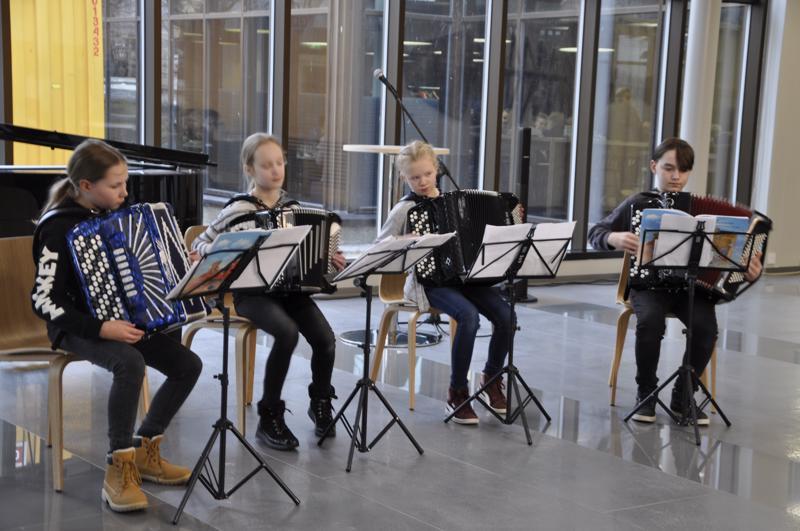 Konservatorion harmonikkaopiskelijat hemmottelivat juhlayleisöä musisoinnilla. soittamassa olivat Emma Palola, Oona Ingo, Enni Korkiakoski sekä Aaron Köhler. Opettaja Sari Viinikainen kuunteli ylpeänä oppilaitaan.