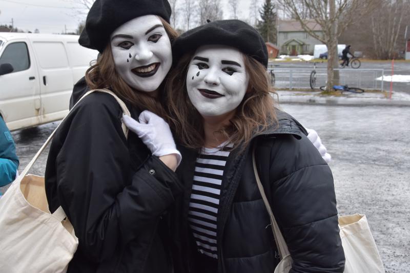 Hyvin puhuvat miimikot eli Alina Hirsikangas ja Jemina Luomala.