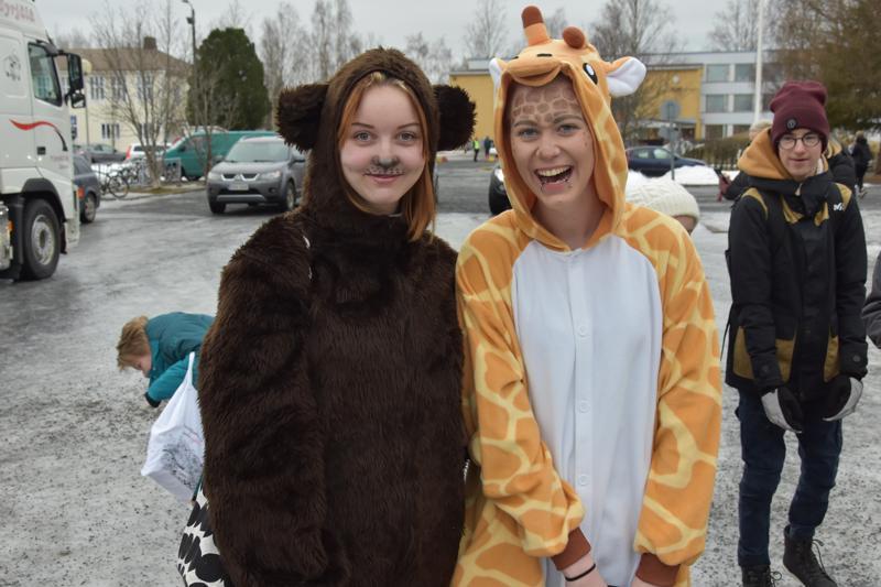 Karhu ja kirahvi eli Julia Hartikainen ja Ronja Asiala.