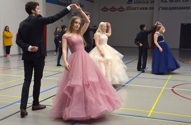 Joonatan Paananen ja Heli Honkala ystävystyivät jo alakoulussa. Siksi heidän oli myös niin helppo sovittaa yhteen tanssiaskeleet vanhojentansseja opetellessa. Kuva torstaisista kenraaliharjoituksista. Perjantaina on kolme esitystä.