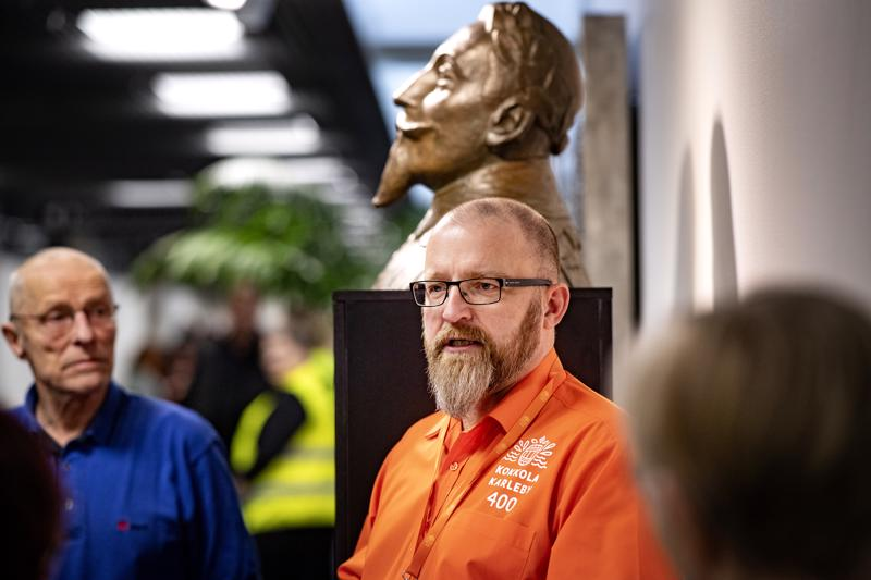 Tuottaja  Juha Hautala kertoi kaupungin perustamisvaiheista opastetulla kierroksella. Kustaa II Adolfin patsas kertoo kaupungin perustajasta.