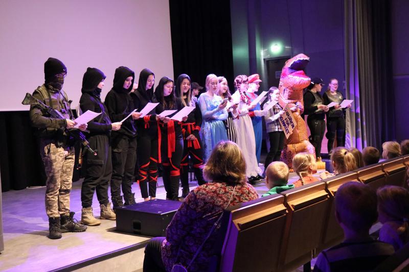 Nuoret esittivät abilaulun, joka oli sanoitettu Ellinooran Leijonakuningas-kappaleen säveleen.