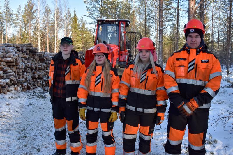 Ei ole kaduttanut. Tuukka Soukka, Vilja-Alina Ahokangas, Jenna Haakana ja Jan Bodö ovat ensimmäistä vuotta opiskelemassa Kannuksessa metsäkonealaa.