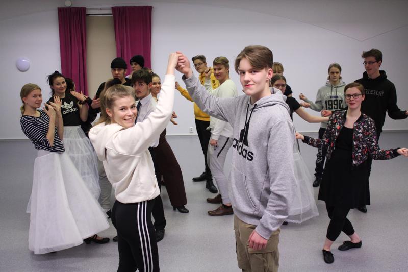 Kärsämäen lukiolaiset harjoittelivat wanhojen tansseja koko talven. Edessä Melina Manninen ja Tommi Hautala, oikealla tanssija, tanssinopettaja Maria Kouvalainen.