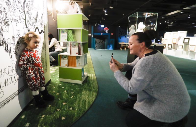 Rovaniemeltä perheensä kanssa Tampereelle saapuneen Kerttu Uuksulaisen lempihahmo muumeista on Niiskuneiti. Hän asettui Lempäälässä asuvan tätinsä Eija Junttilan kuvattavaksi muumilaakson kartan eteen Muumimuseossa.