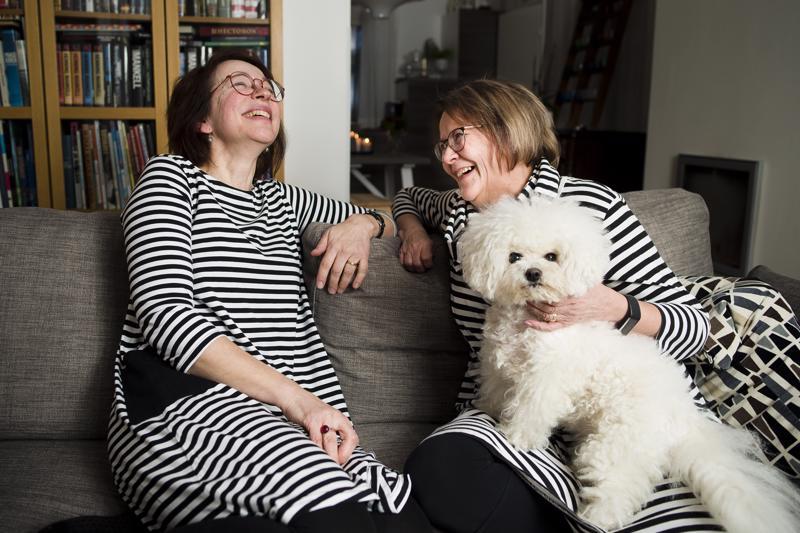 Siinä on Mimmi-koiralla ja monella muullakin ihmettelemistä, kun Pipsa Hänninen (vas.) ja Leena Turunen alkavat tosissaan parantaa maailmaa. Ystävykset käyvät läpi monenlaisia tunnetiloja, joista tyypillisin on ylitsepursuava ilo. Yhtenäisestä pukukoodista he eivät olleet etukäteen sopineet, vaan kummankin päällä oli mustavalkoraitaa sattumalta.