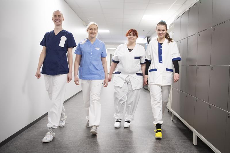 Täältä tullaan, työelämä! Lähihoitajaopiskelijat Henna-Sofia Pohjola (vasemmalla), Johanna Stenroos, Kamilla Lehtonen ja Nella Agge ovat varmoja, että töitä riittää. Sen takaavat hoidettavien määrän kasvu, tuleva hoitajamitoitus ja 18 000 hoitajan eläkkeelle jääminen 2020-luvulla.