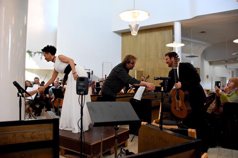 Haapavetinen musiikkielämä saa Suomen Kulttuurirahastolta yhteensä 50 000 euron apurahan. Kuvassa viime vuoden Folkien kirkkokonsertissa Amira Medunjanin ja Ante Gelo Bosnia-Hertsegovinasta lopettelevat yhteisesiintymistään kamariorkesterin kanssa.