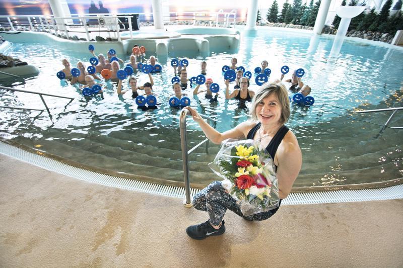 Hyvä syy nostaa hymynaamat esiin. Vesijumppaa vetänyt Jaana Liias yllättyi iloisesti kuullessaan, että hänet on valittu vuoden positiivisimmaksi kalajokiseksi.