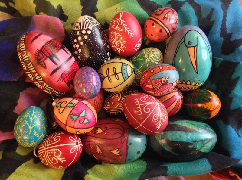 Sirpa Hasan pisanka-munien kuvioinnissa on perinteistä symboliikkaa.