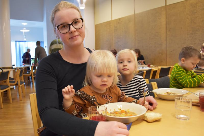 Heidi Juntunen tuli kirkon keitolle perhekerhosta tyttöjensä Vilman ja Lyydian kanssa.