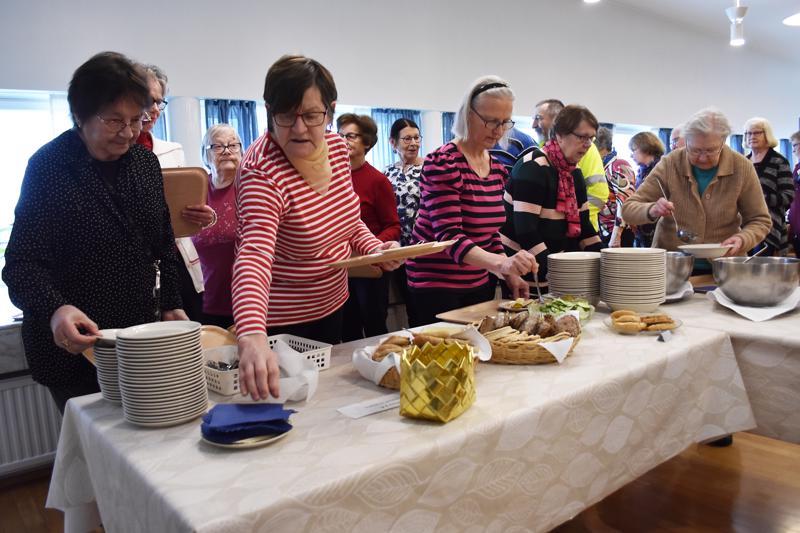 Ensimmäinen kirkon keitto -tapahtuma oli yleisömenestys. Jatkossa yhteisöllinen lounas järjestetään seurakuntasalissa kerran kuukaudessa.