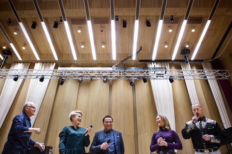 Raimo Vertainen (vas.), Virva Puumala, Matti Korkiala, Maria Autio ja Jiri Tammilehto ovat valmistaneet yleisölle yllätyksellisen konsertin.