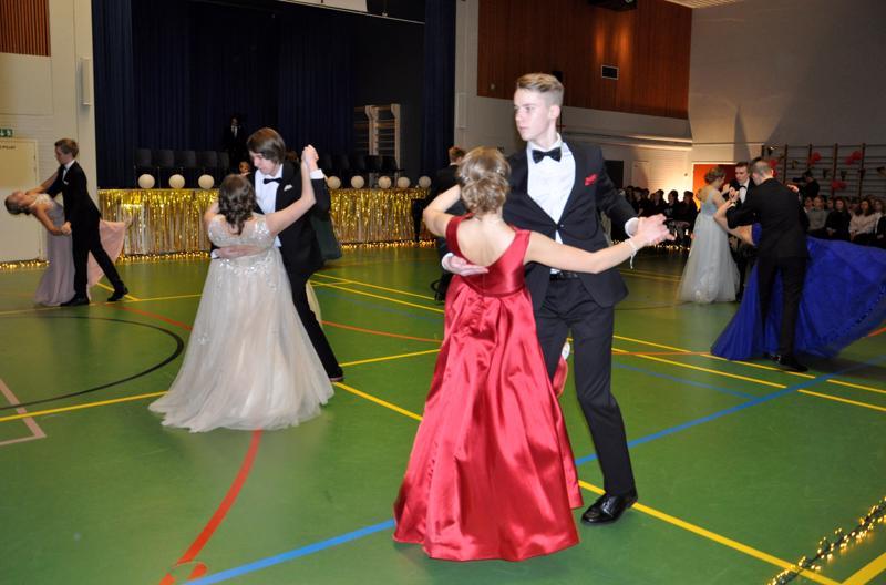 Tango huipentui taivutukseen. Edestä oik. Teemu Hollanti ja Saana Mäkitalo, Matteus Kolppanen ja Saila Vesisenaho, Elias Rekilä ja Lilian Koskela.