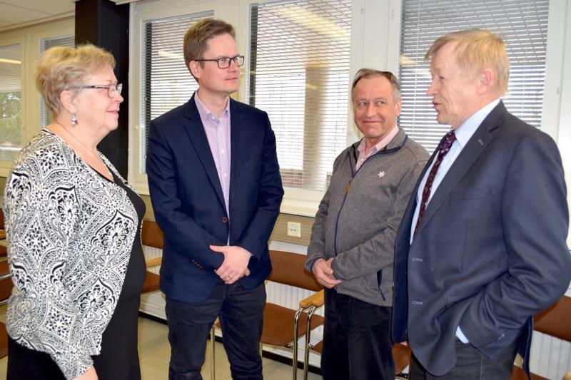 Selänteen henkilöstöstä Seija Kärkkäinen ja Tuomas Aikkila pitämässä palaveria hallituksen jäsenen Veikko Ekmanin ja väistyvän jäsenen Teuvo Nymanin kanssa.