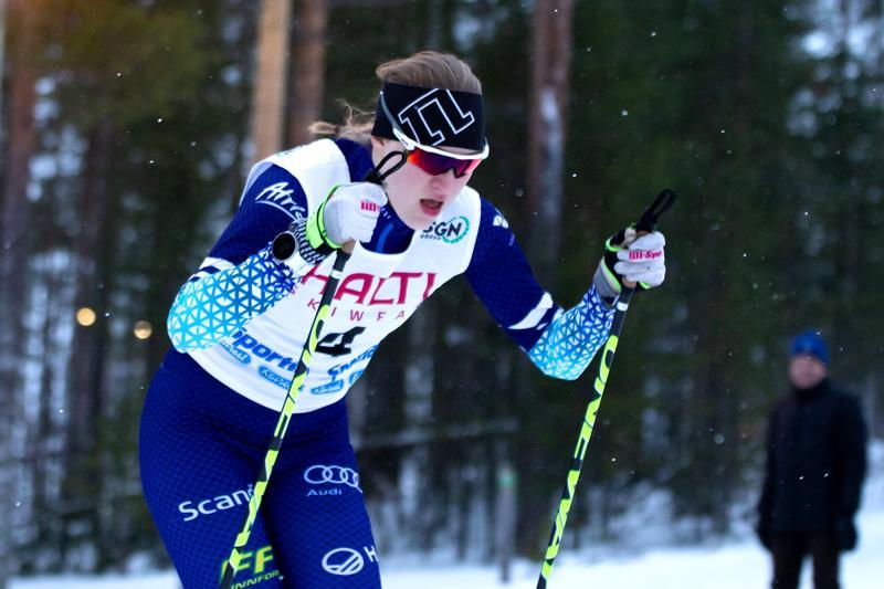 Tiia Olkkonen voitti kultaa nuorten SM-hiihtojen avauspäivänä. Kuva on Vuokatissa hiihdetystä Skandinavia-cupin kisasta.