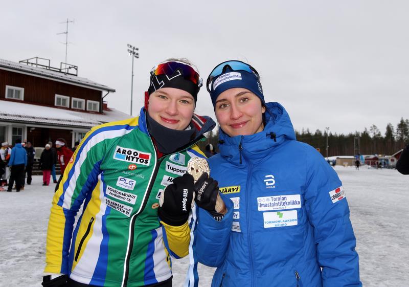 Tiia Olkkonen ja Emmi Lämsä hiihtivät täsmälleen saman ajan, joten kummankin suoritus palkittiin SM-kullalla.