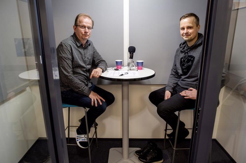 Pasi Tuukkanen (oik.) ja Juha Savela keskustelevat Hermeksestä Keparin kulmalla -podcastin tuoreimmassa jaksossa.